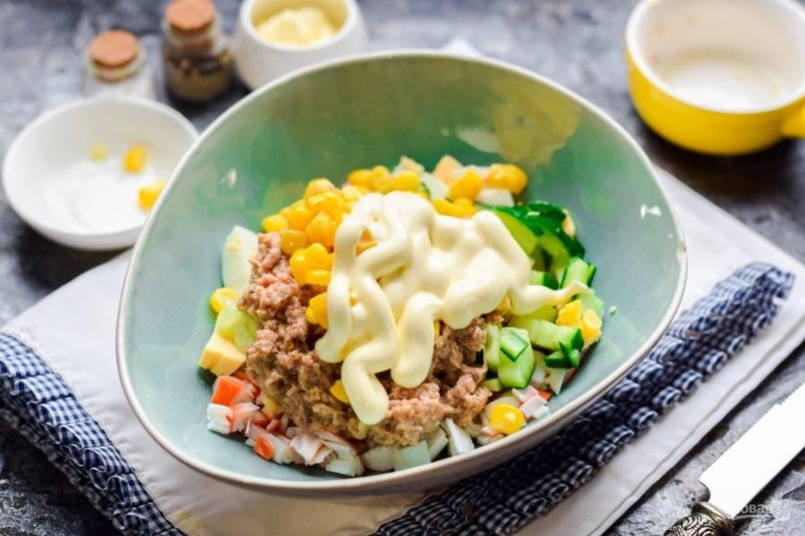 Заправьте салат майонезом, перемешайте все и подавайте к столу.