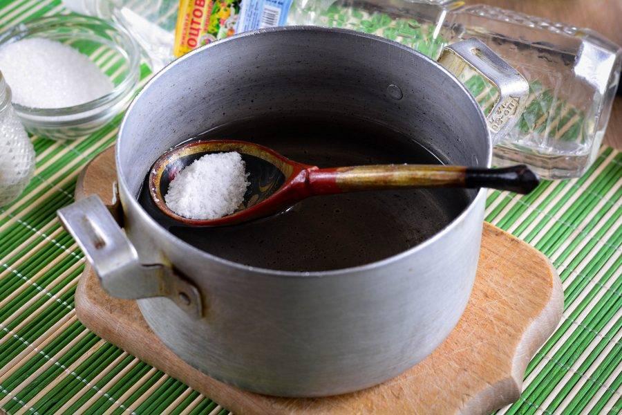 Сварите маринад из слитой воды, соли и сахара, вскипятите, в конце влейте уксус и снимите с огня.
