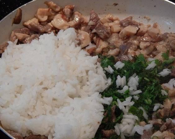 Грибы добавляем к мясу и обжариваем еще минут  8. Потом добавьте рис и зелень, а также посолите и поперчите.