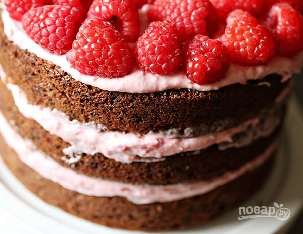 12. Соберите тортик. Верх смажьте кремом и при желании украсьте свежими ягодами. Вот такая красота! Приятного аппетита!