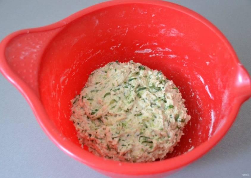 """Округлите тесто, накройте пищевой пленкой, оставьте для брожения на 3-4 часа. В процессе брожения трижды сделайте обминку методом """"растянуть и сложить""""."""