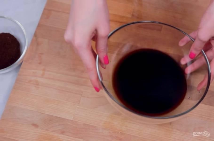 1. Для начала приготовьте кофейный концентрат: для этого свежемолотый кофе залейте холодной водой и оставьте при комнатной температуре на ночь.