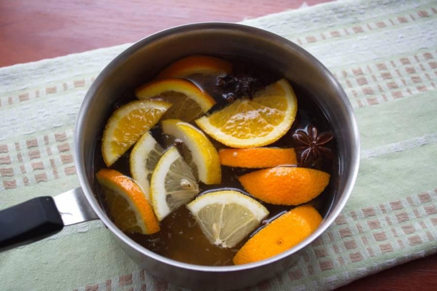 Половинку апельсина и лимона нарезать на дольки. Добавьте дольки в нагревающийся напиток.