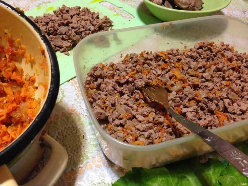 Куриную печень отварите и порежьте мелко. Затем добавьте к ней обжаренные лук и морковку.