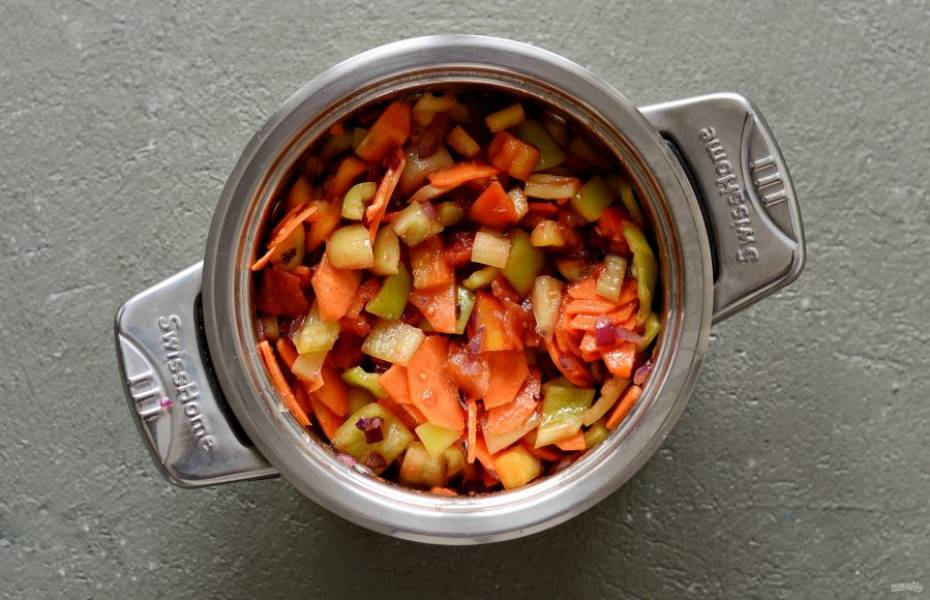 Подготовленные овощи сложите в кастрюлю. Добавьте туда же помидоры в собственном соку, растительное масло, соль, перец и лавровый лист. Тушите на слабом огне 15 минут. Периодически помешивая.