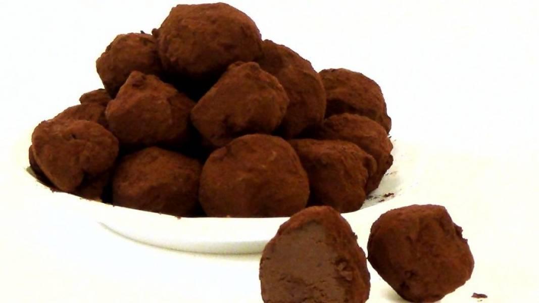 5. Обкатайте конфеты в просеянном какао. Храните трюфели в холодильнике в герметично закрытой емкости. Приятного аппетита!
