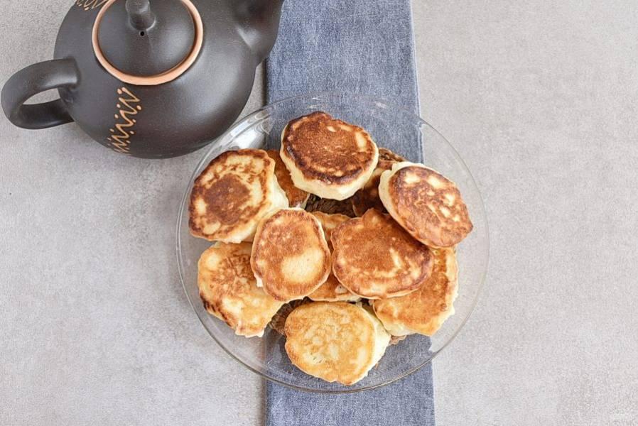 Готовые оладьи выкладывайте на подогретую тарелку и храните до подачи в тепле.