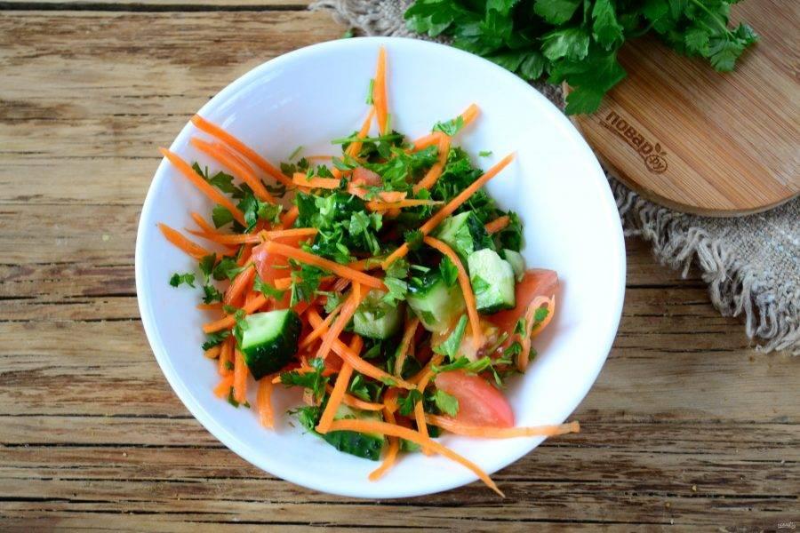 Подготовьте овощи для салата. Морковь натрите на терке для корейской моркови, огурец порежьте тонкими полукольцами, а помидоры — на небольшие куски. Также мелко порубите лук (лучше использовать синий лук). Все овощи соедините в глубокой тарелке и перемешайте.