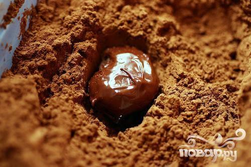 5. Обвалять трюфели в какао-порошке, используя для удобства вилку.