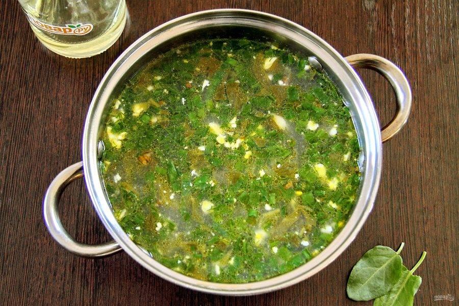 Когда картофель будет готов, добавьте в кастрюлю щавель, яйца и свежую зелень. Посолите суп по вкусу, доведите до кипения  и через 1-2 минуты выключите и накройте крышкой. Дайте настояться 10-15 минут.