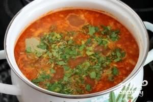 Харчо с помидорами готово! Посыпать суп зеленью. Приятного аппетита!