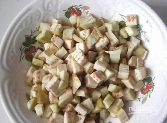 1.Баклажаны использую молодые, они вкуснее. Хорошенько мою их, сначала срезаю кожуру, а затем нарезаю овощи небольшими кубиками.