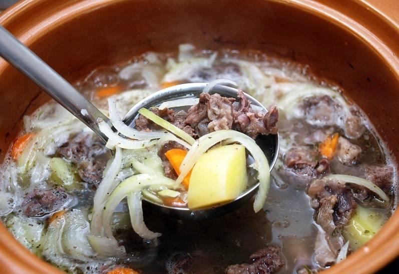 Косточки выньте из бульона. Бросьте в него подготовленные овощи и варите до готовности. Затем добавьте грибы. По желанию их можно порезать, но если грибы не очень крупные – оставьте целыми.