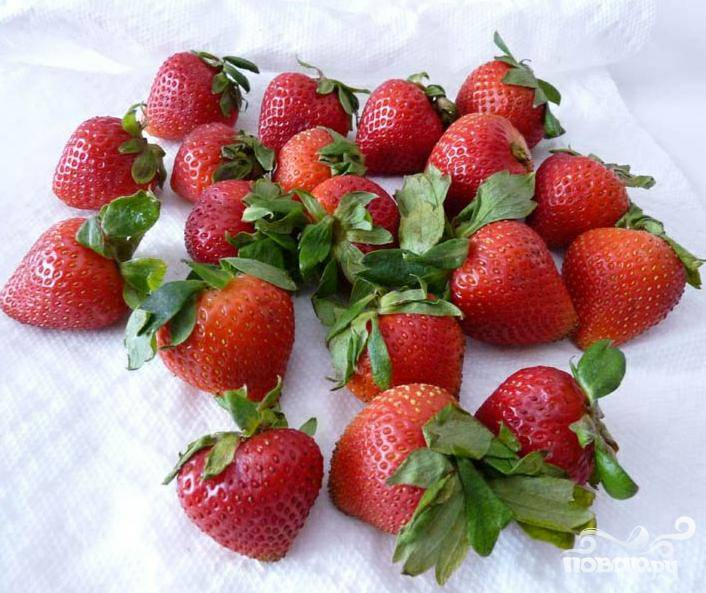 1.Тщательно и придирчиво отбирайте каждую ягодку для данного лакомства – лучше всего подойдут крупные плотные ягоды с крепким зеленым хвостиком. Выбранные ягоды нужно помыть и аккуратно отряхнуть от воды.