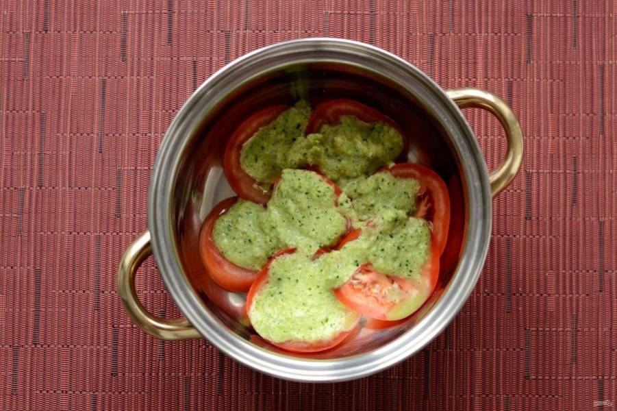 Полейте их соусом. Снова выложите помидоры. Повторяйте шаги, пока не закончатся продукты. Затем накройте помидоры тарелкой, придавите каким-нибудь грузом и оставьте при комнатной температуре.
