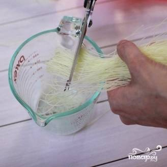 7. Рисовую лапшу измельчите при помощи ножниц. Нам понадобится стакан такой измельченной лапши.