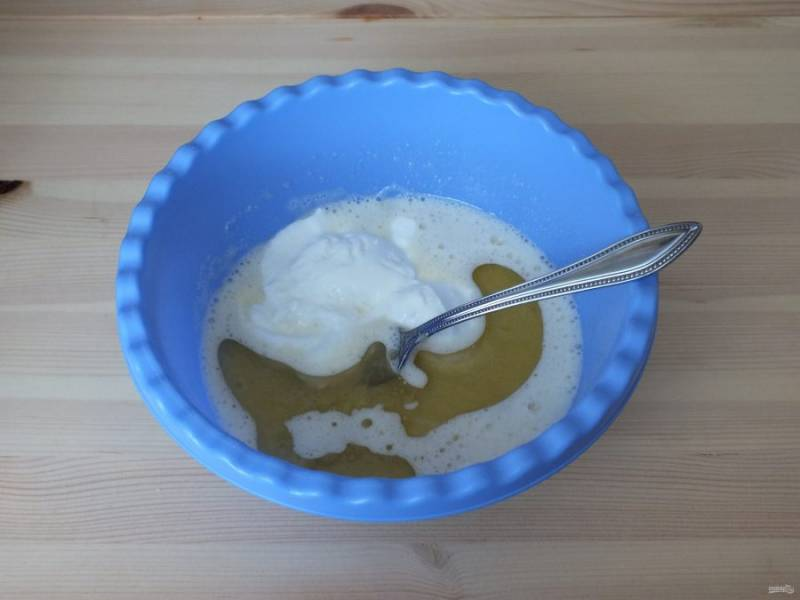 Добавьте йогурт и растительное масло. Перемешайте.