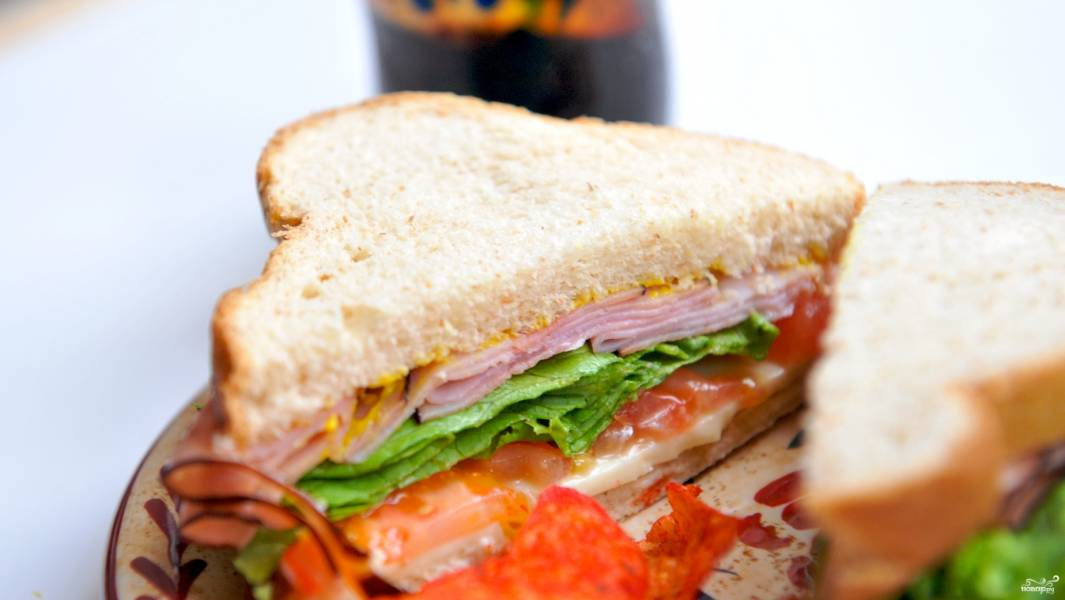 Бутерброд с ветчиной и помидорами