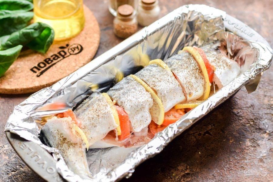 Переложите рыбу в жаропрочную форму.