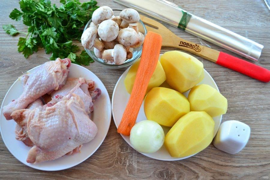 Подготовьте все необходимые ингредиенты. Все овощи очистите и промойте. Куриные части (я использую куриные окорочка, которые разрезала на бедро и голень) промойте и обсушите.