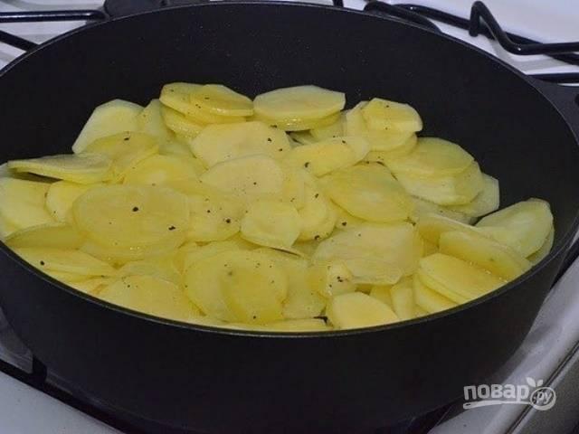 Затем картошку обжарьте в масле на сковороде до мягкости. Добавьте перец и соль.