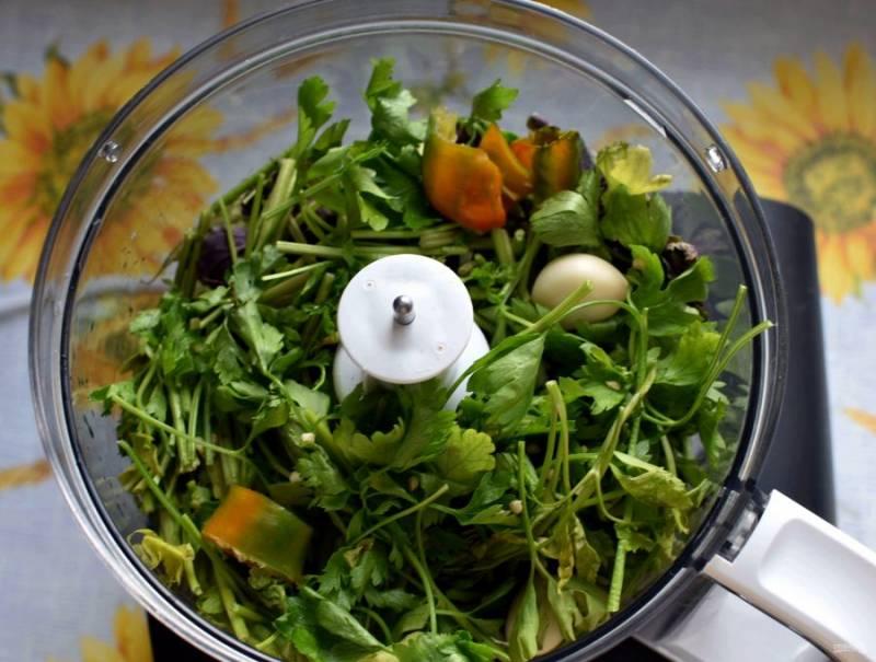 Промойте и хорошо обсушите зелень. Это важно, иначе соус может забродить. Измельчите зелень в комбайне или пропустите через мясорубку.