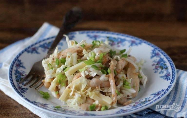 Заправьте салат соусом. Тщательно все перемешайте и подавайте к столу. Если есть время, можете оставить салатик настаиваться на час-два.