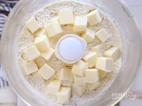 1. В чашу кухонного комбайна отправьте просеянную муку, соль, сахар и нарезанное кубиками холодное масло.