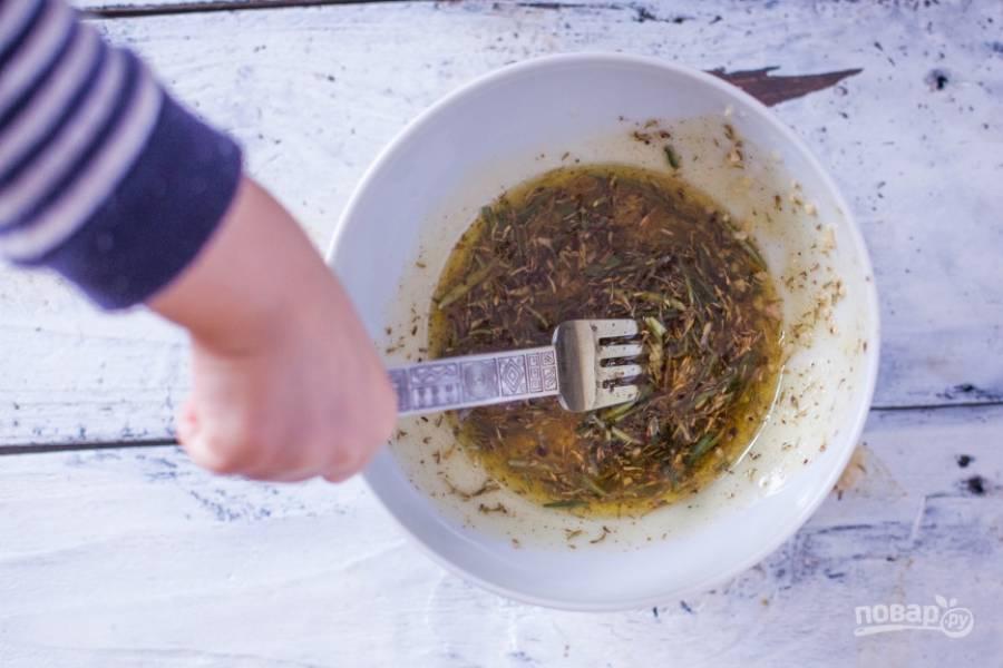 1.В миску влейте оливковое масло и лимонный сок, очистите чеснок и измельчите его, выложите в миску, добавьте оставшиеся специи и хорошенько все перемешайте.