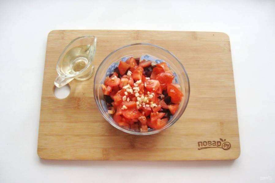 Заправьте салат растительным маслом.