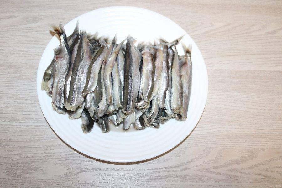Мойву помойте, удалите голову, выпотрошите. Из 1 килограмма мойвы с головой получилось 700 грамм очищенной рыбы.