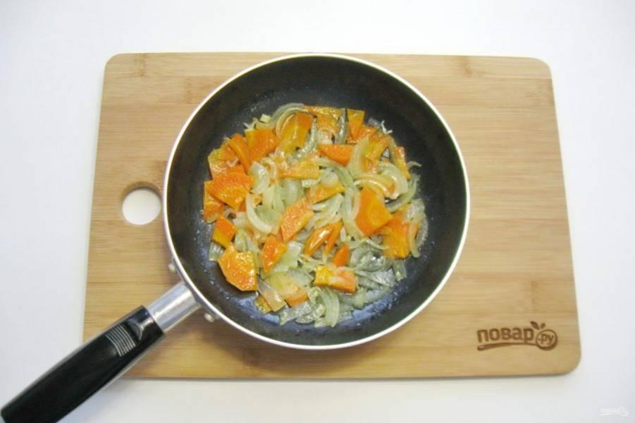 Налейте подсолнечное рафинированное масло и тушите морковь с луком на небольшом огне почти до готовности. Периодически перемешивайте.