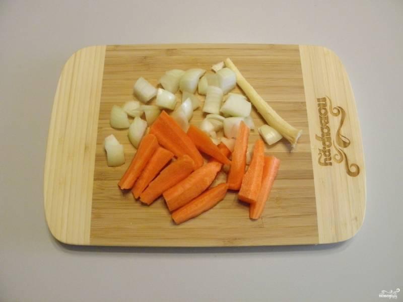 Порежьте крупно лук и морковь. Это нужно для того, чтобы при желании можно было без проблем достать их с бульона.