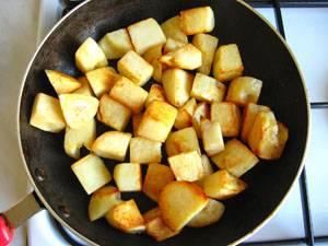 9. В отдельной сковороде еще на 2 ст.л. растительного масла жарим картофель практически до готовности.