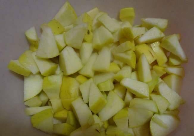 Яблоки тщательно промойте и нарежьте дольками, удалив сердцевину.