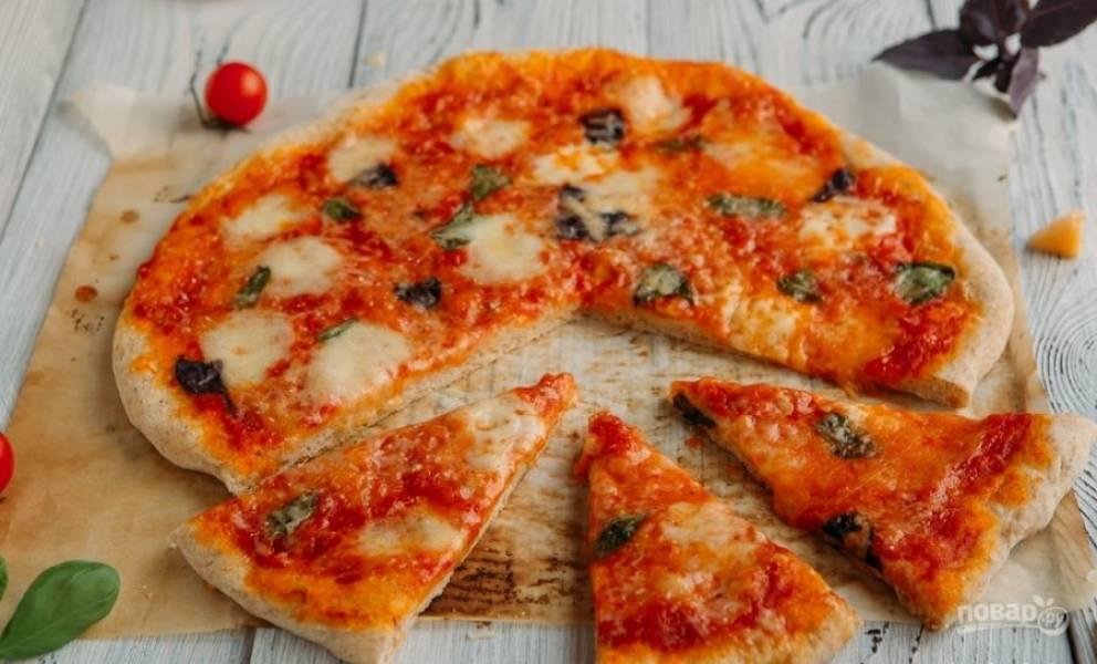 Запекайте пиццу при 180 градусах в течение 15-20 минут в духовке. Приятного аппетита!
