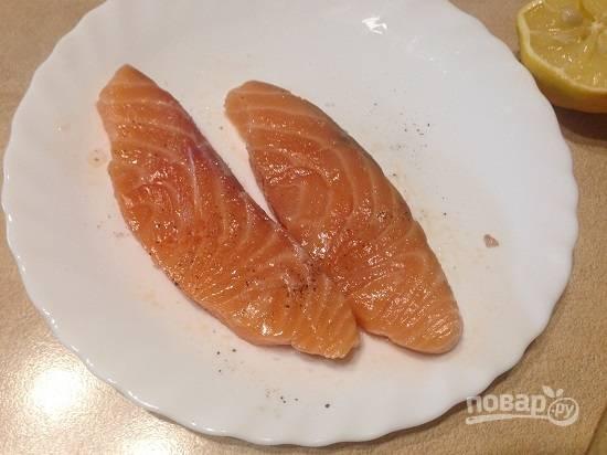 2. Рыбу проверим на наличие косточек и, если таковые нашлись, удалим их. Обсушим ломтики бумажными салфетками, посыпаем солью и перцем и сбрызнем лимонным соком. Когда будете солить, учитывайте степень солености бекона.