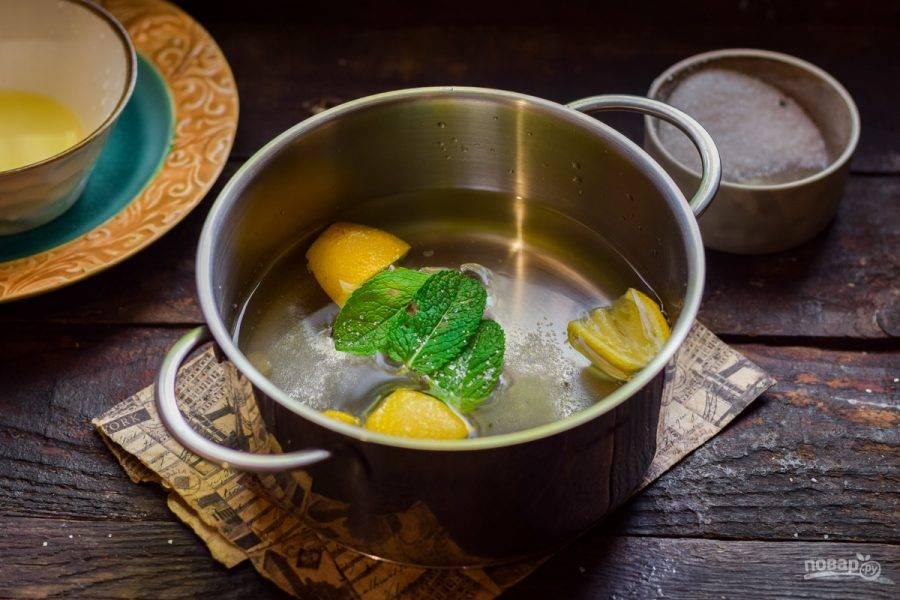 Добавьте мяту и сахар, варите лимоны 10-15 минут.