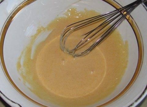Два желтка растираем сахаром.