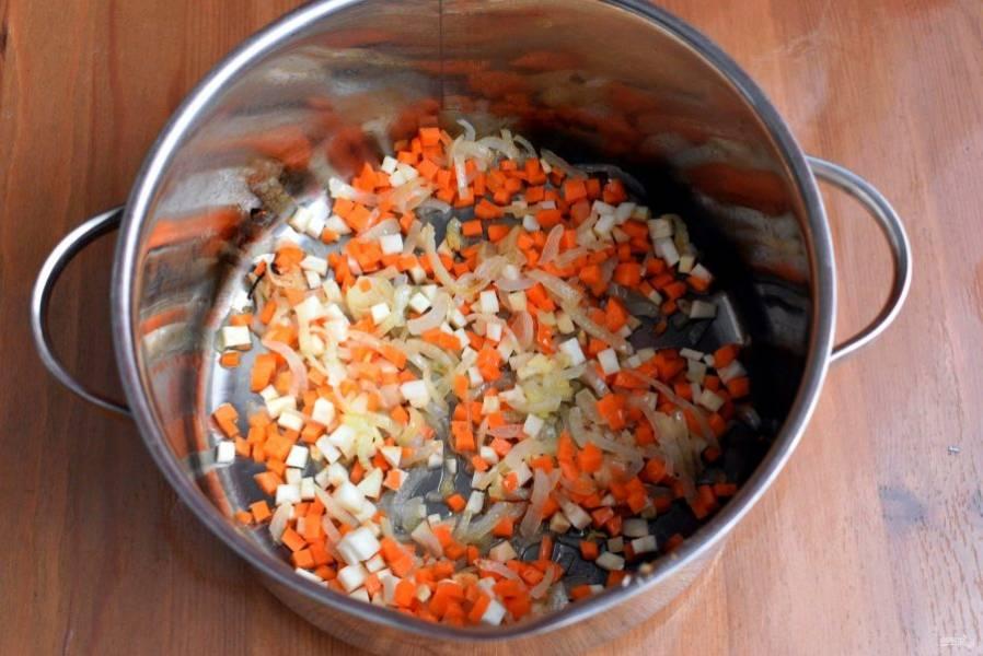 Затем добавьте морковь кубиками, так же слегка обжарьте. Добавьте нарезанный корневой сельдерей и обжарьте еще пару минут.