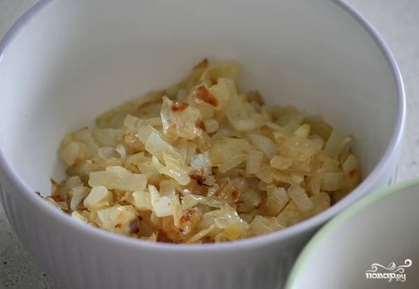 Репчатый лук чистим и нарезаем на мелкие кубики, обжариваем на сковороде с добавлением сливочного масла до золотистого цвета.