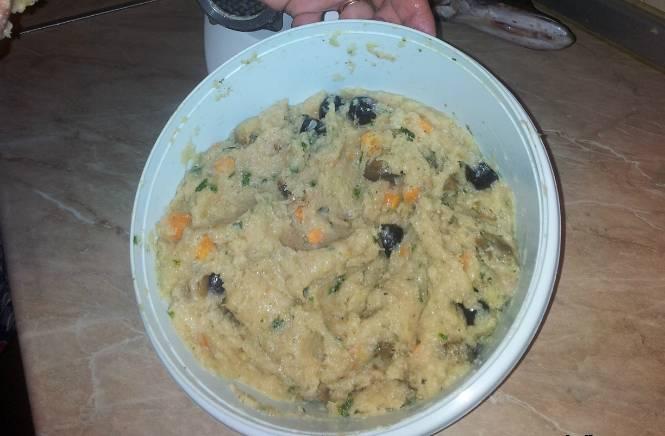 3. Теперь в блендере измельчим рыбное филе, лук, размоченный в воде или молоке батон, яйцо, зелень по вкусу, лимонный сок,  специи. Когда масса станет однородной - добавляем кубики морковки, кусочки грибов и оливки.