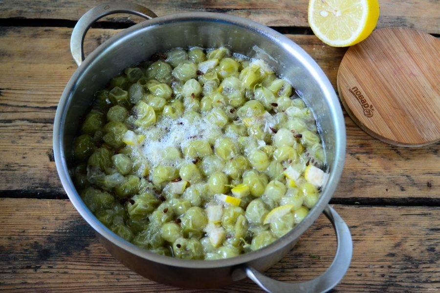 Затем отправьте в лимонный сироп крыжовник и проварите 5-7 минут. Снимите с огня и полностью охладите, можно даже поставить в холодильник на часок. Затем снова проварите в течение 5-7 минут и снова охладите.