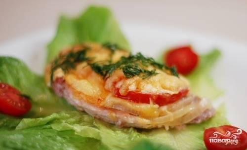 6. Подавать куриное мясо по-французски можно на листьях салата со свежими овощами или гарниром.
