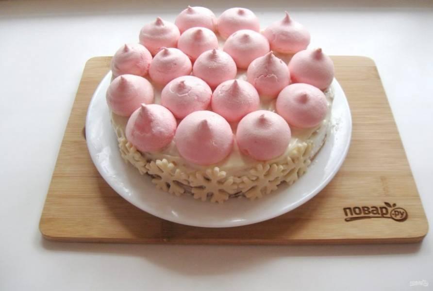 Безе выложила на верх торта, а снежинки по бокам.