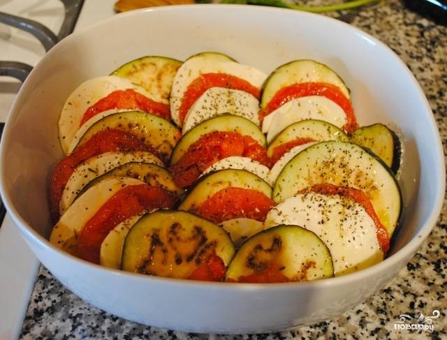 Посолите и поперчите, добавьте немного оливкового масла, можете также посыпать травами, например — прованскими.