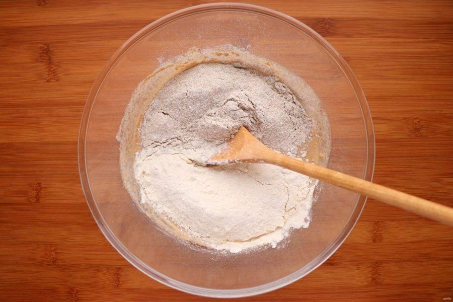 Теперь добавьте 50 г пшеничной и 50 г ржаной муки. Перемешайте, накройте пленкой и снова оставьте на 12 часов.