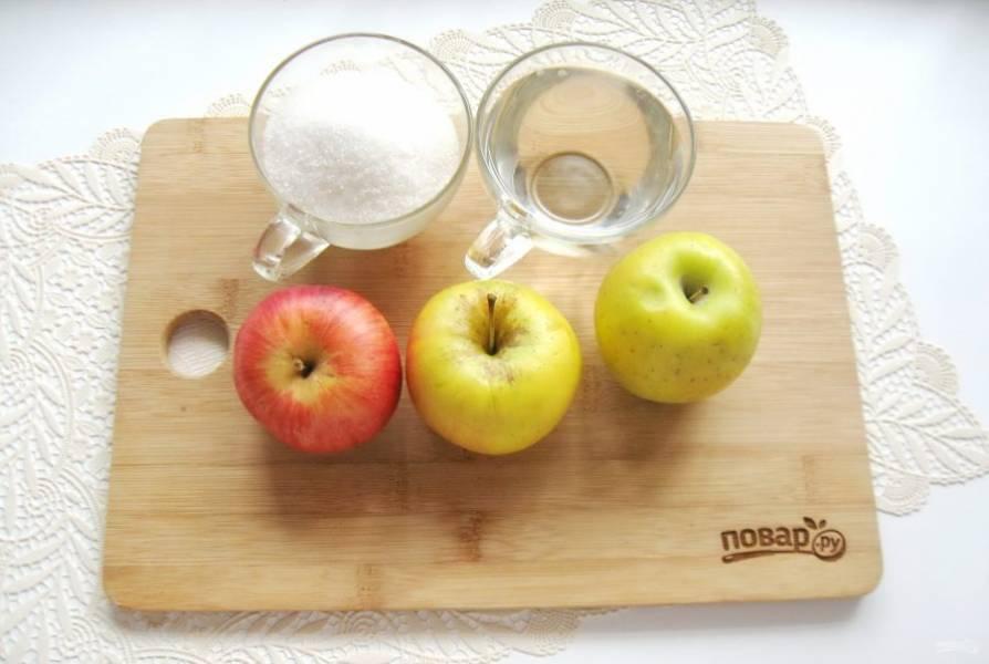 Возьмите яблоки, сахар и воду.