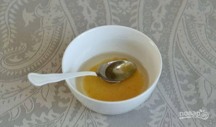 Приготовьте заправку для салата. Для этого в небольшой пиалке смешайте растительное масло, уксус и сахар. Тщательно все перемешайте, полейте салат и подавайте его, украсив зеленью по желанию. Приятного аппетита!