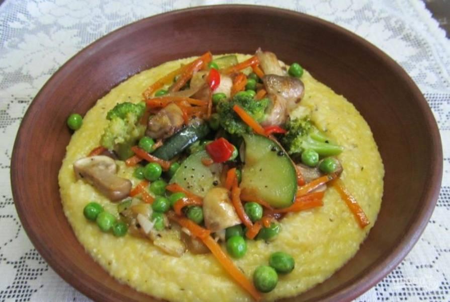 Добавьте гарнир из овощей к кукурузной каше. Приятного аппетита!